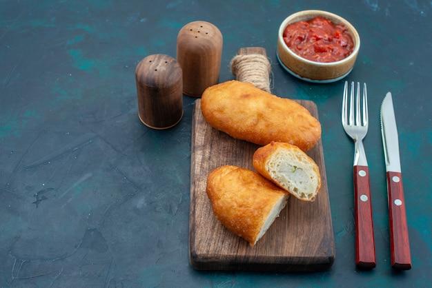 진한 파란색 표면 반죽 파이 빵 롤빵 음식 빵에 고기 충전 및 소스와 함께 전면보기 맛있는 파이