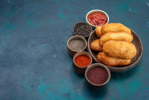 正面図濃い青の表面に調味料を入れた茶色のプレートの内側に肉を詰めたおいしいパイ生地パイパン食品