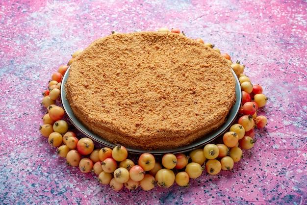 Vista frontale deliziosa torta rotonda all'interno del piatto con ciliegie dolci rivestite su rosa brillante scrivania torta torta biscotto dolce cuocere lo zucchero