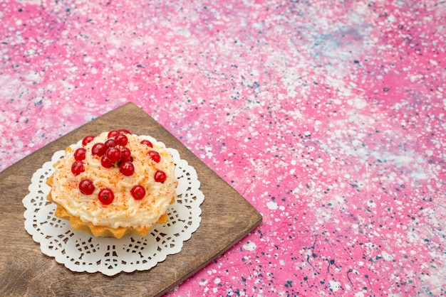 Вкусный круглый торт со свежей красной клюквой на фиолетовом столе, вид спереди