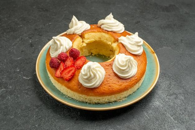 Vista frontale deliziosa torta rotonda con frutta e crema su spazio scuro dark