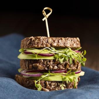 Vista frontale del delizioso panino con insalata