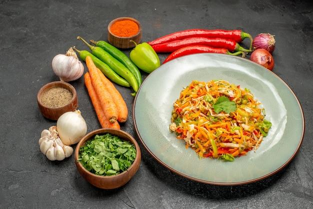 Вид спереди вкусный салат со свежими овощами на сером столе еда диетический салат здоровье