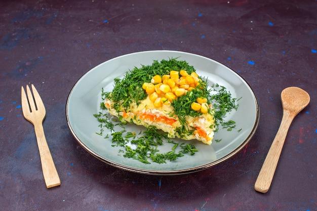 Вид спереди восхитительный салат с майонезом, кукурузой, кукурузой и курицей внутри тарелки на темном столе.