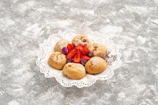 正面図白いスペースに新鮮なイチゴとおいしい砂のクッキー