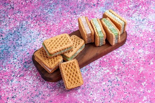 핑크 책상에 전면보기 맛있는 샌드위치 쿠키.