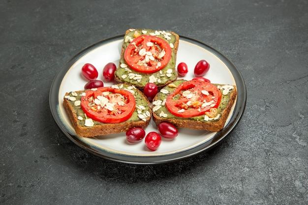 회색 배경에 접시 안에 아보카도 파스타와 토마토와 전면보기 맛있는 샌드위치 햄버거 샌드위치 롤빵 스낵 빵