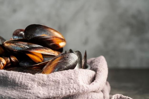 Vista frontale di deliziose cozze di pesce