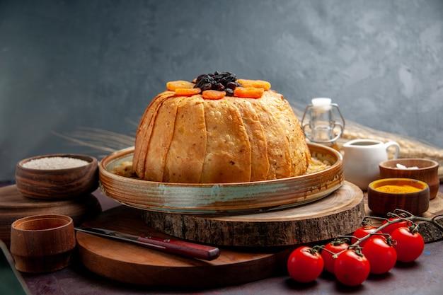 Vista frontale delizioso shakh plov cotto pasto di riso con uvetta sulla scrivania scura pasto cibo pasta cucinare la cena di riso