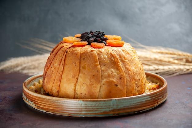 Вид спереди вкусный шах-плов, приготовленная рисовая мука с изюмом на темном тесте для еды, приготовление еды из риса