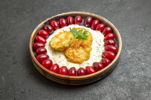 灰色のスペースに新鮮な赤いハナミズキと正面図おいしいカボチャの食事