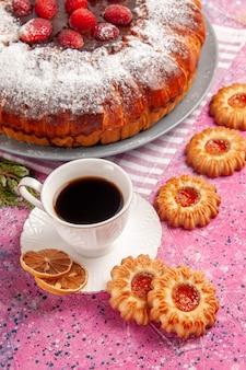 Vista frontale deliziosa torta di fragole zucchero in polvere con biscotti e tè sulla superficie rosa torta di zucchero dolce biscotti biscotti tè