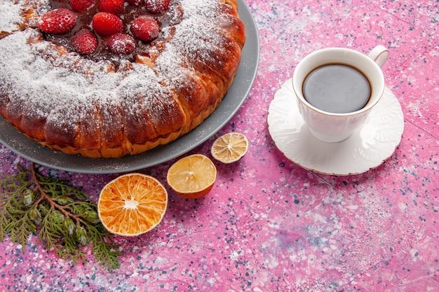 正面図ピンクの表面に砂糖粉とお茶が入ったおいしいストロベリーケーキケーキは甘い砂糖ビスケットクッキーカラーパイを焼く