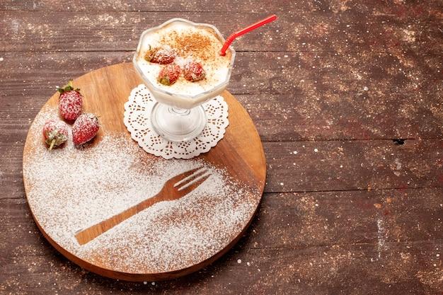 正面図茶色の木製の机の上にわらとおいしいイチゴのデザート
