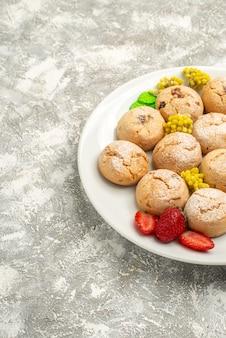 전면보기 흰색 배경에 접시 안에 맛있는 설탕 쿠키 설탕 쿠키 달콤한 비스킷 케이크 차
