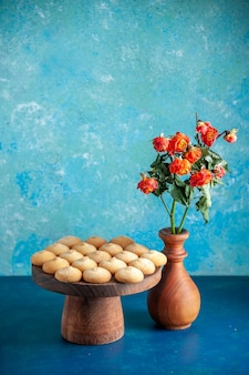 밝은 파란색 디저트 비스킷 달콤한 휴식 반죽 차 케이크 설탕에 전면 보기 맛있는 달콤한 쿠키
