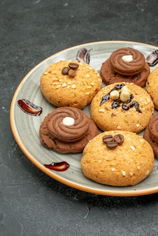 회색 공간에 차 전면보기 맛있는 달콤한 쿠키 맛있는 과자