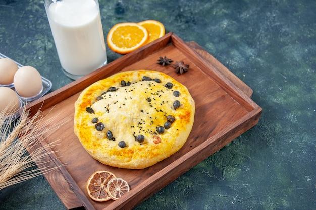 Vista frontale deliziosa torta dolce con frutti di bosco su hotcake blu scuro cuocere dessert frutta pasticceria torta biscotto torta
