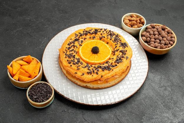 어두운 배경 파이 비스킷 케이크 디저트 차 쿠키에 오렌지 조각이 있는 맛있는 달콤한 파이 전면 보기
