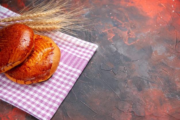 正面図暗いテーブルのパイ甘いケーキペストリービスケットのおいしい甘いパイ