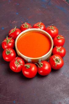 Вид спереди вкусный томатный суп со свежими красными помидорами на темном пространстве