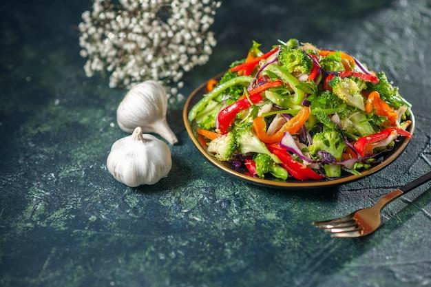 Vista frontale di una deliziosa insalata vegana con ingredienti freschi in un piatto