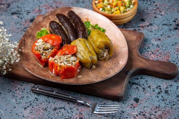 正面図青い背景にサラダとおいしい野菜ドルマ