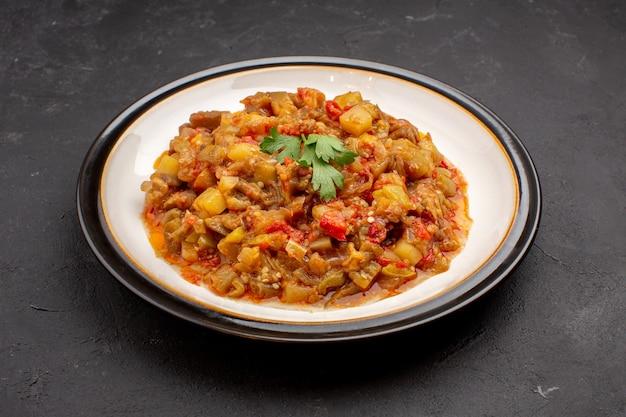 Vista frontale delizioso pasto di verdure affettato piatto cotto all'interno della piastra su sfondo grigio pasto cibo salsa zuppa cena vegetale