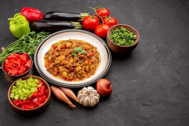 正面図おいしい野菜料理スライスした調理済み料理と新鮮な野菜を灰色の背景に食事ディナーフードソーススープ野菜