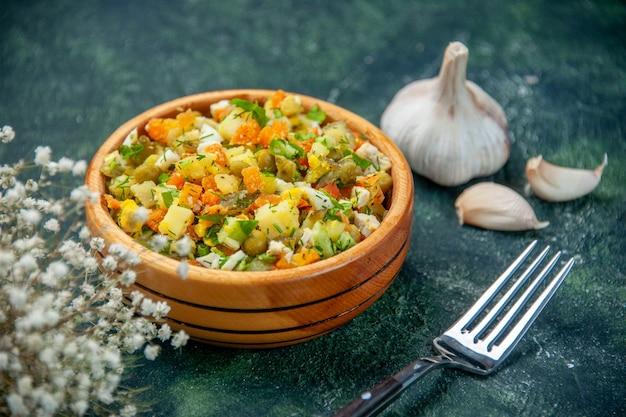 Vista frontale deliziosa insalata di verdure su sfondo scuro