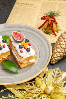 正面図灰色の背景にフルーツとおいしいワッフルケーキ甘いケーキクリームデザート