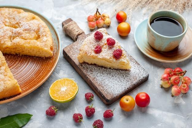 正面図白い机の上に新鮮な果物とお茶とおいしいおいしいパイ砂糖甘いパイケーキビスケット