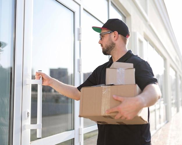 Vista frontale del concetto di uomo di consegna
