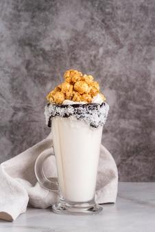 Vista frontale del dessert in barattolo con popcorn e lo spazio della copia