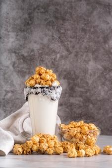 Vista frontale del dessert in barattolo con popcorn