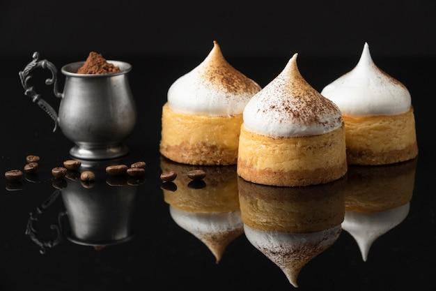 Vista frontale di dessert con cacao in polvere