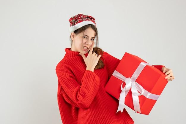 전면보기 결정 손가락 총을 만드는 산타 모자 소녀
