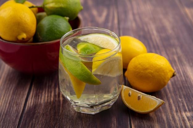 ガラスのレモンとライムのスライスと正面図デトックス水