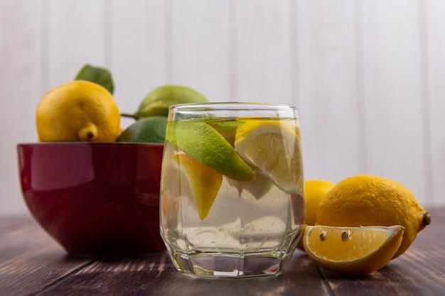 Vista frontale detox acqua con fette di limone e lime in un bicchiere
