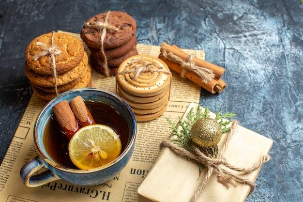 Вид спереди разные вкусные печенья с чашкой чая на светлом фоне