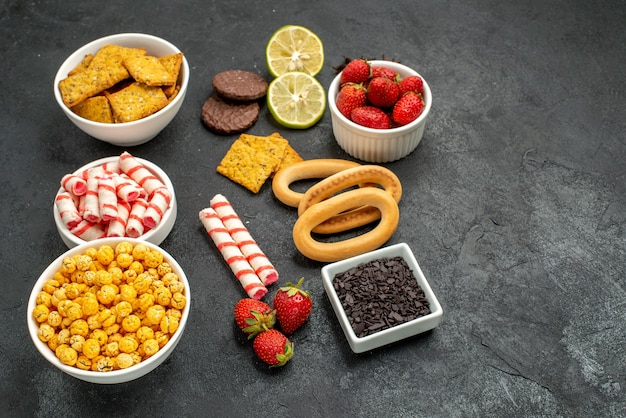 전면보기 다른 식사 크래커 과일과 사탕 무료 사진