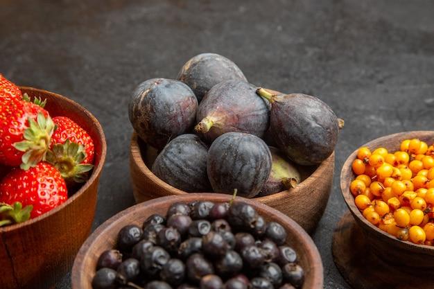Vista frontale diversi frutti freschi all'interno di piatti sullo sfondo scuro foto a colori di frutta molti succhi morbidi