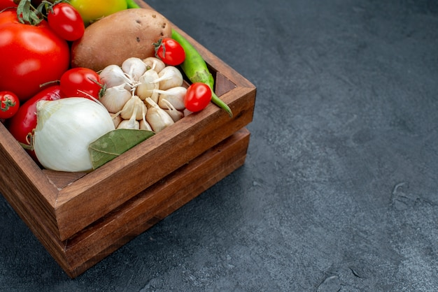 Vista frontale diverse verdure fresche su insalata fresca di verdure del pavimento scuro matura