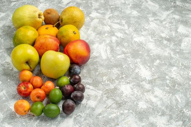 白いスペースに新鮮な果物を正面から見た、さまざまな果物の組成