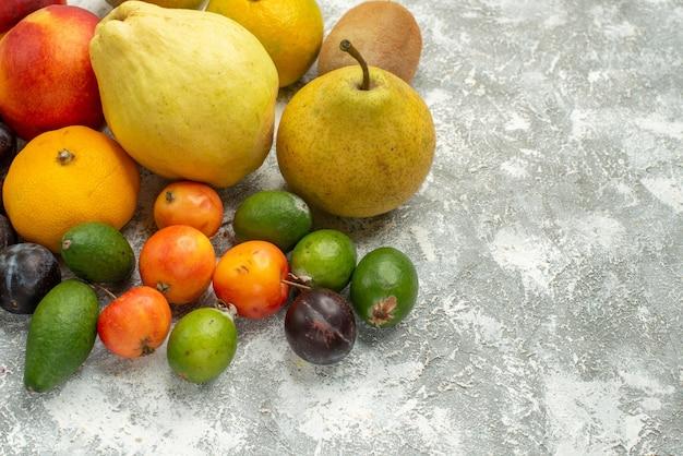 白いスペースに新鮮な果物を正面から見たさまざまな果物の組成