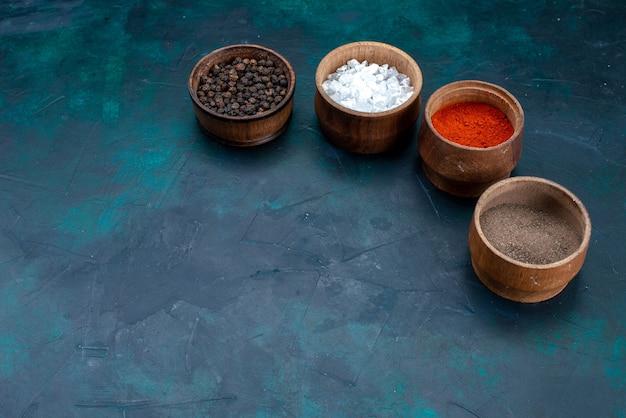 紺色のさまざまな調味料の正面図