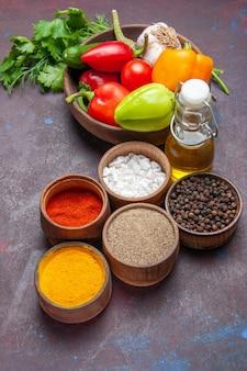 어두운 배경 건강 샐러드 음식 다이어트에 신선한 야채와 함께 전면 보기 다른 조미료
