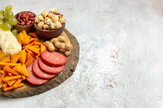 正面図さまざまなスナックナッツcipsチーズと白い床のソーセージナッツスナックミールフード