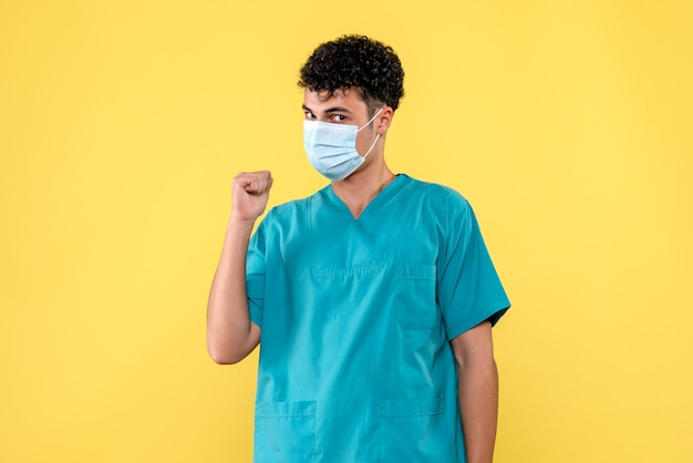 마스크의 의사가 전염병에 대해 이야기하는 전면보기 의사