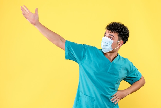 Visione frontale del medico il medico presume cosa accadrà dopo la pandemia